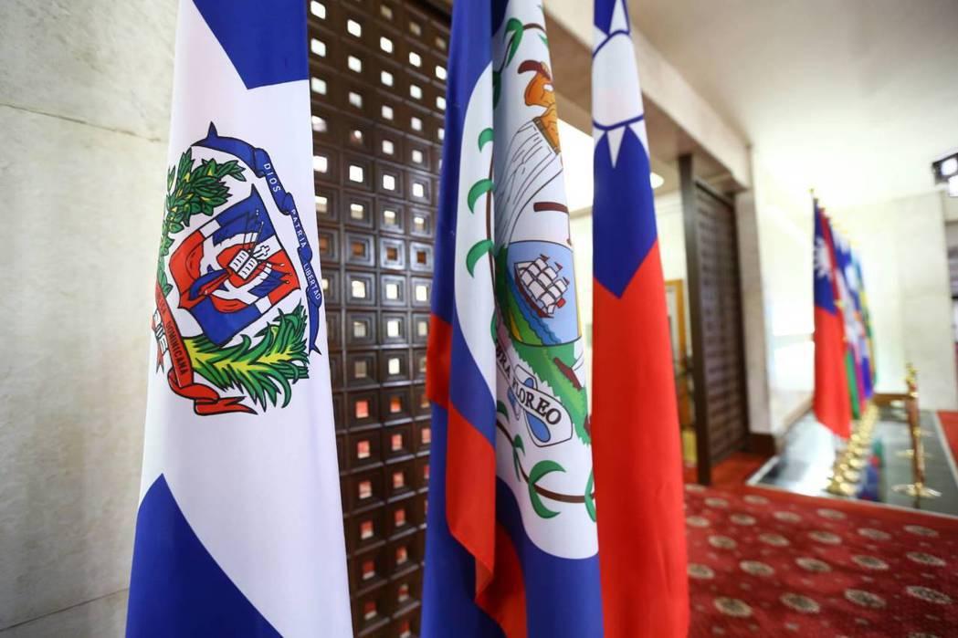 多明尼加共和國的旗幟(左)上午還掛在外交部大廳。 記者曾學仁/攝影