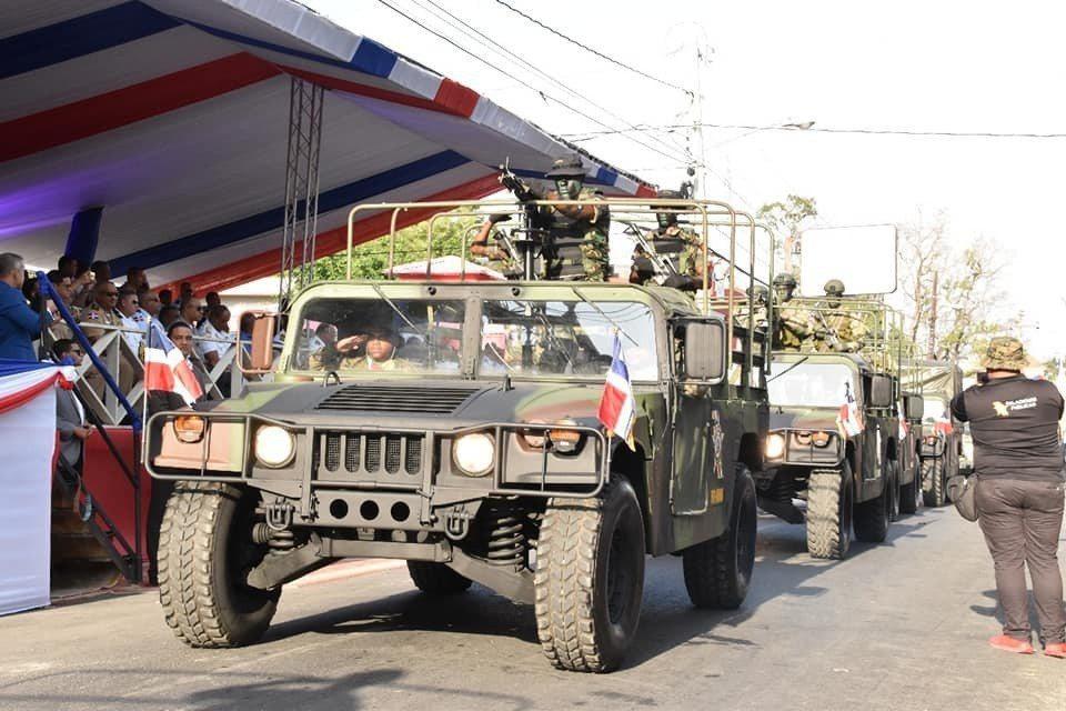 我訪問團於2月26日親訪多明尼加出席悍馬捐贈儀式,隔日悍馬車側就塗裝上多國部隊隊...