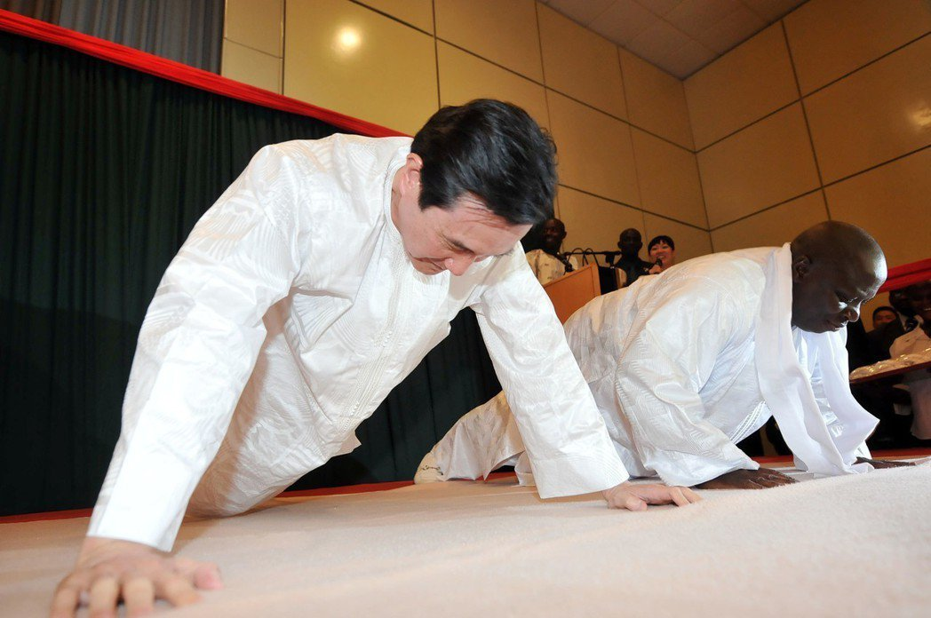 甘比亞總統賈梅2013年宣布與台灣斷交,圖為馬英九總統(左)2012年訪問甘比亞...