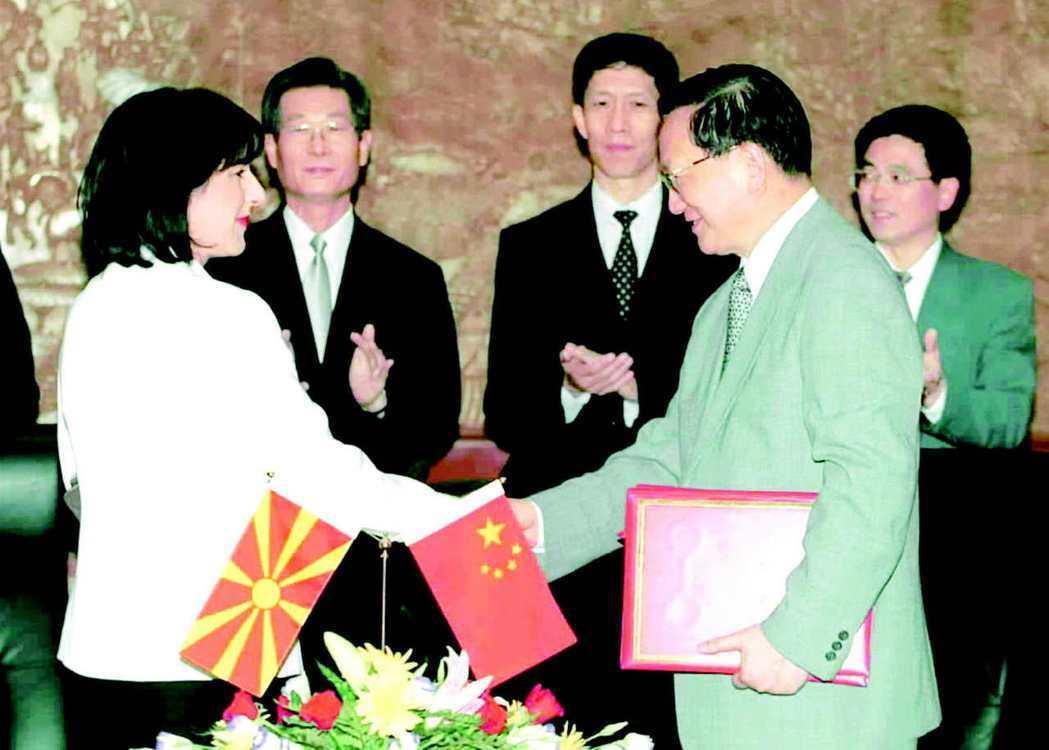 2001年馬其頓外長米特列娃(左)和中共外長唐家璇(右)在北京簽署聯合公報,宣布...