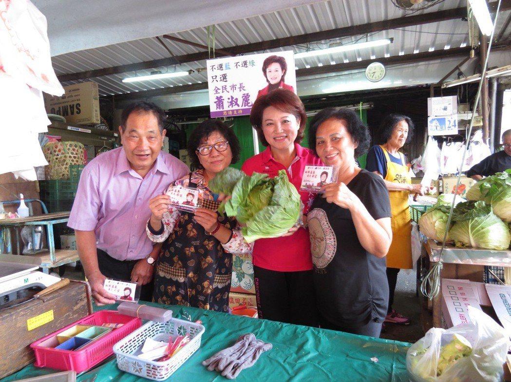 蕭淑麗(左3)白天到菜市場掃街拜票,晚上跑夜市,「不能小看菜市場的影響力」。 圖...