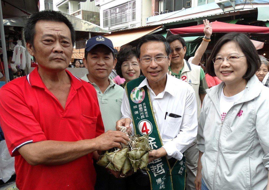 涂醒哲(右2)2014年參選嘉義市長,民進黨主席蔡英文陪同到東市場拜票。 圖/聯...