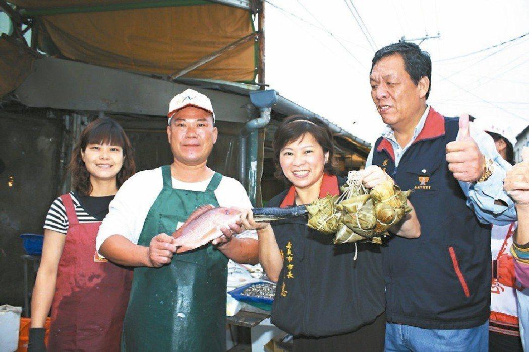 2009年爭取連任的嘉義市長黃敏惠(右2),清晨4時就到魚市場拜票。 圖/聯合報...