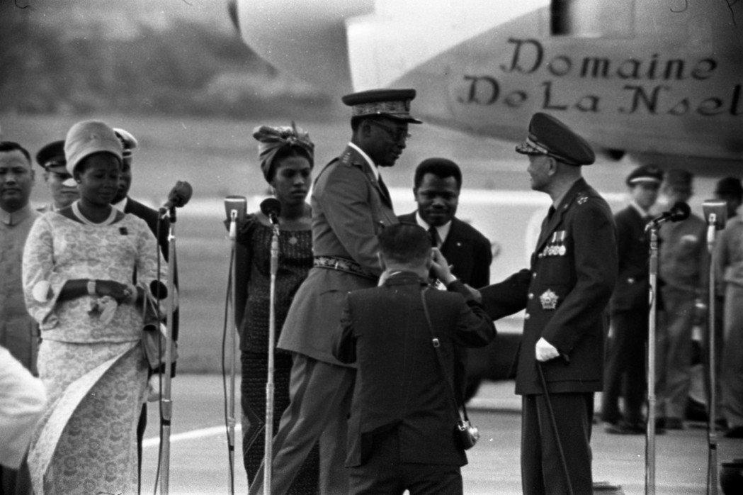 1971年剛果民主共和國總統莫布杜將軍(中軍帽者)抵台訪問,蔣中正總統(右一)親...