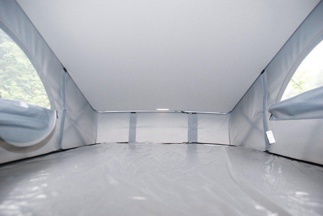 車頂帳篷的空間相當寬敞,床墊下方也有木頭支架支撐,兩側也有紗網保持暢通。 記者林...