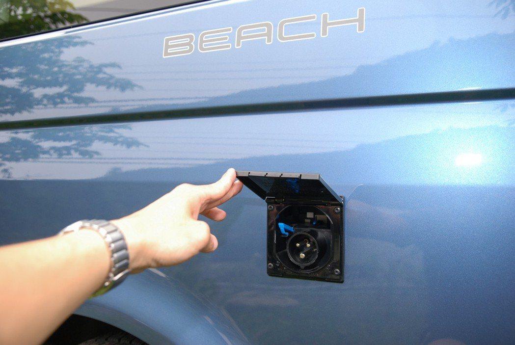 左後車側也有外接電源插孔,可接取營地的電源提供使用。 記者林鼎智/攝影