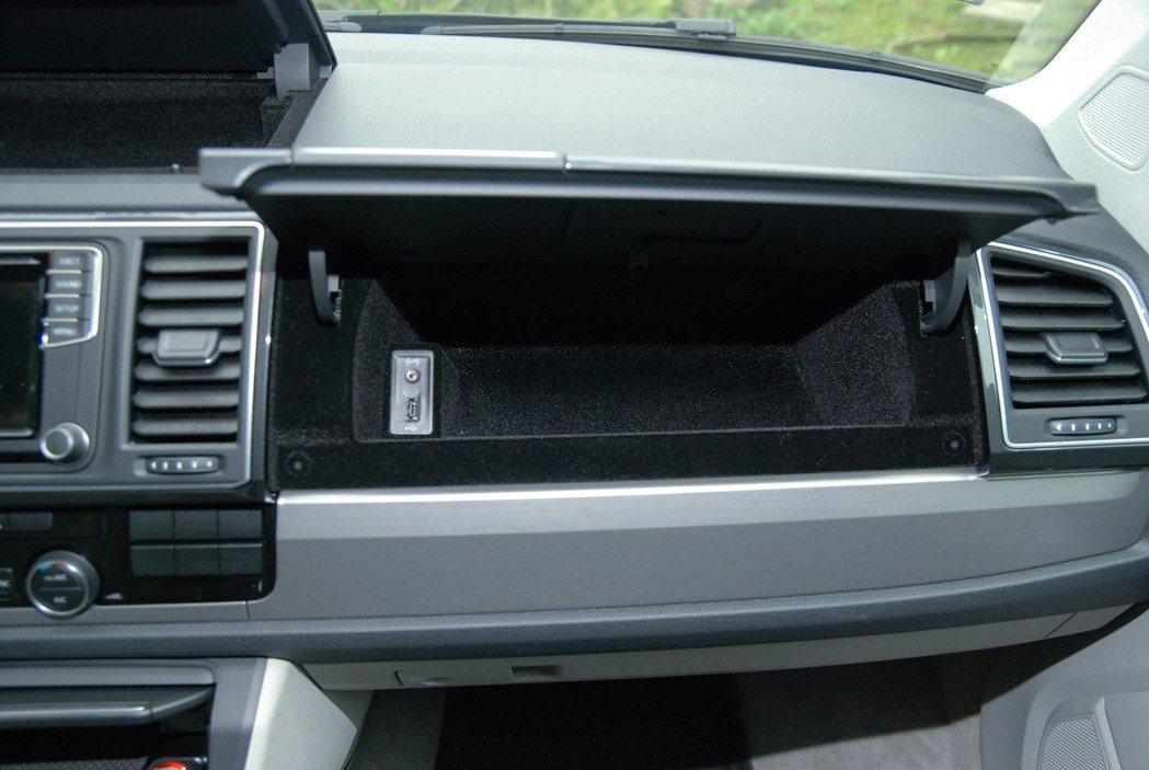 手套箱內也有 AUX-IN 及 USB 插孔。 記者林鼎智/攝影