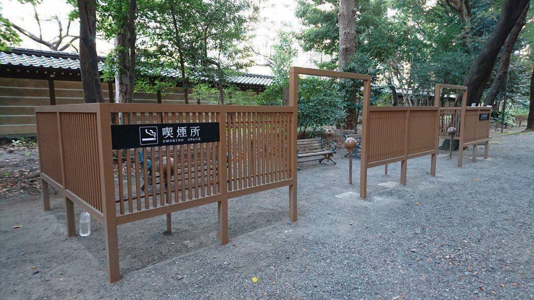 東京千代田區有日本禁菸最嚴格街道之稱,設有很多「美化」的吸菸區;圖為靖國神社吸菸...