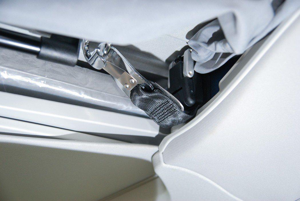 要打開車頂帳篷得先解開這兩道釦環,白鐵的C型環相當輕鬆。 記者林鼎智/攝影