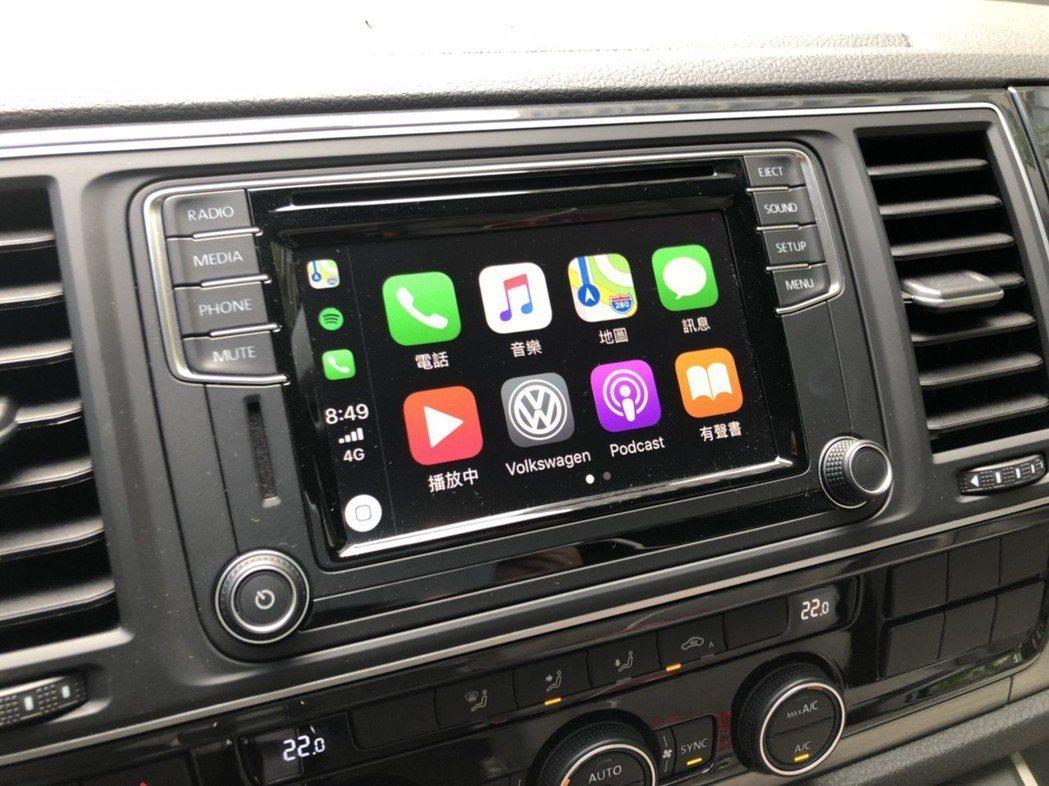 6.3 吋車機支援 Apple CarPlay 功能,音樂對露營來說是很重要的配...