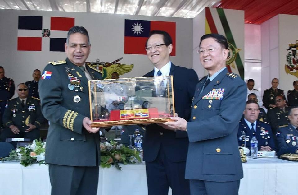 陸軍司令王信龍月前低調訪問中南洲3個邦交國,2月26日親訪多明尼加第一步兵旅總部...