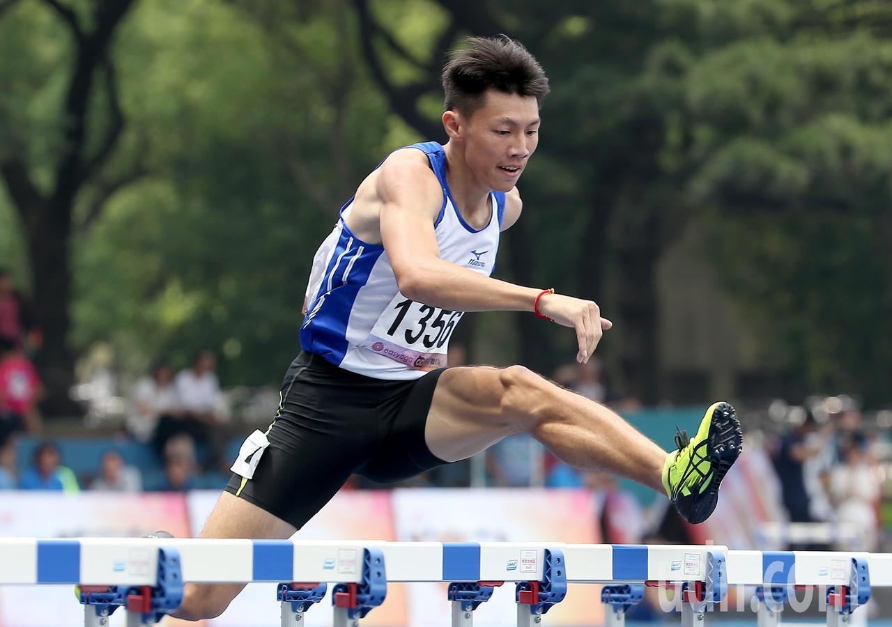 台灣體大余嘉軒在公開男生組400公尺跨欄預賽以52.04秒分組第一的成績順利晉級...