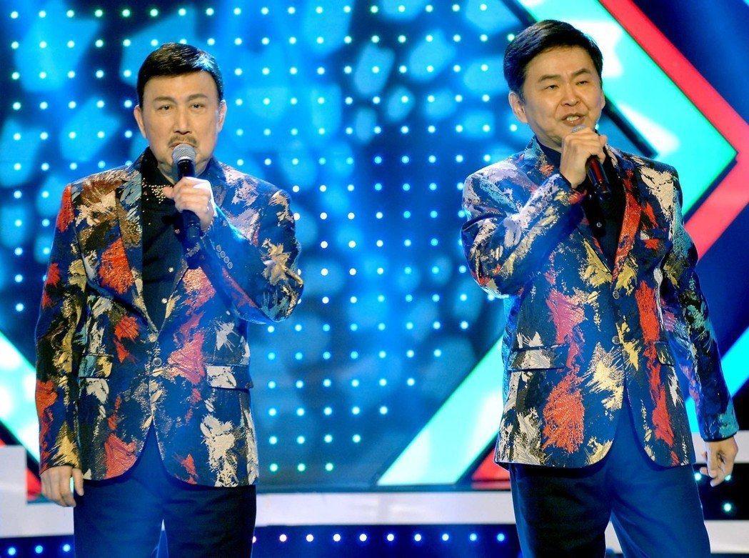 余天(左)和賀一航在華視主持「天生王牌」。圖/華視提供
