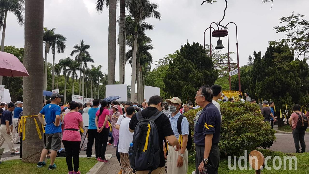 台大百名師生聚集傅鐘前,捍衛大學校園自主。記者吳佩旻/攝影