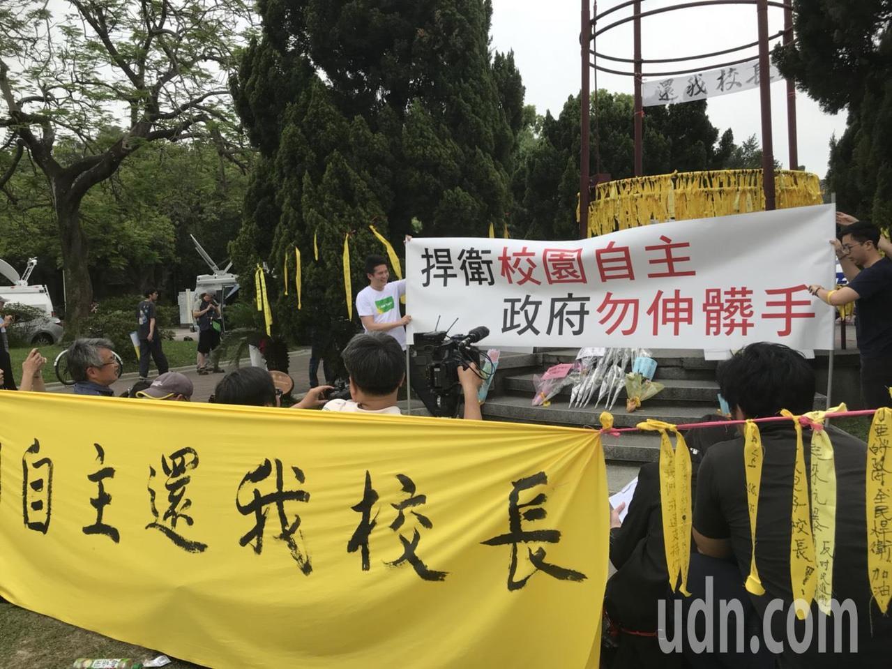 「黃絲帶」運動發起人台大中文系二年級學生蕭姓學生說,「黃絲帶」沒有任何政治瓜葛。...