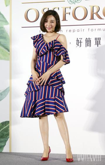 陳怡蓉出席Ossforce歐馥斯品牌發表會,剛傳出懷孕的好消息,陳怡蓉拍照時兩手放在腹部,笑容滿面。