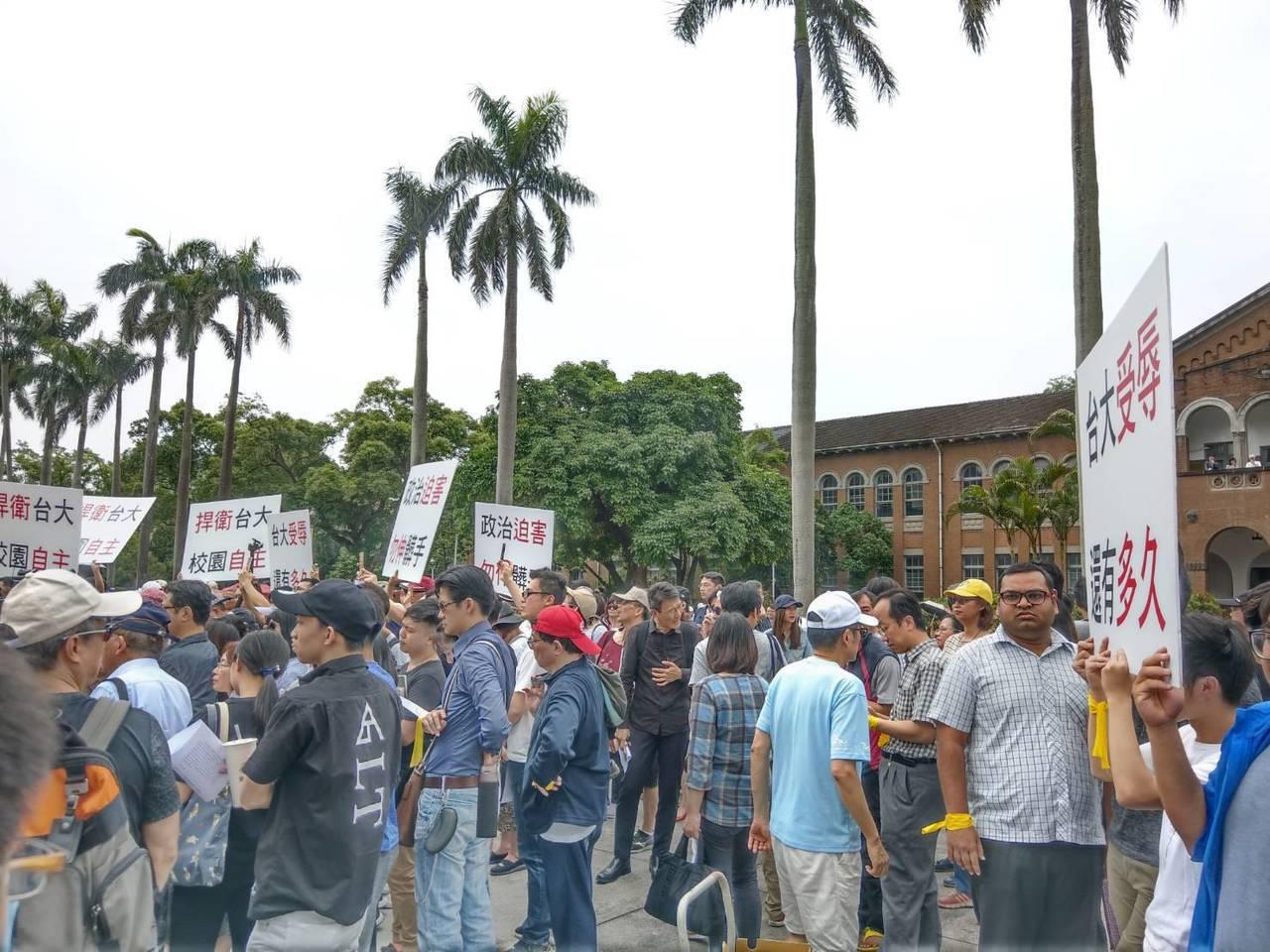 印度研究生貝席門(右二)中午也和同學參加台大自主聯盟舉辦的反拔管活動,強調大學有...