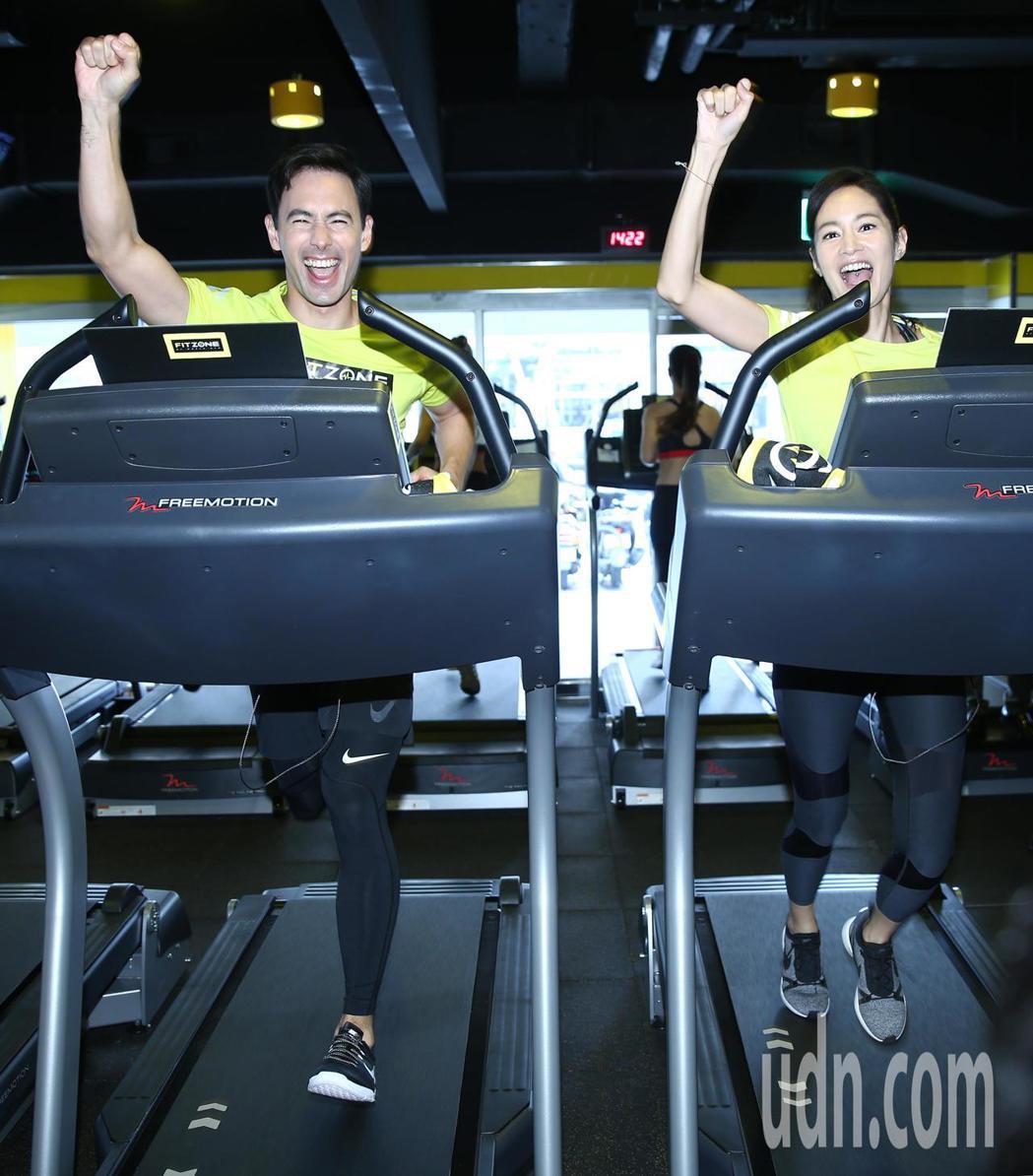 Janet(謝怡芬)(右)與老公George(左)下午出席新健身品牌發表,一起體...