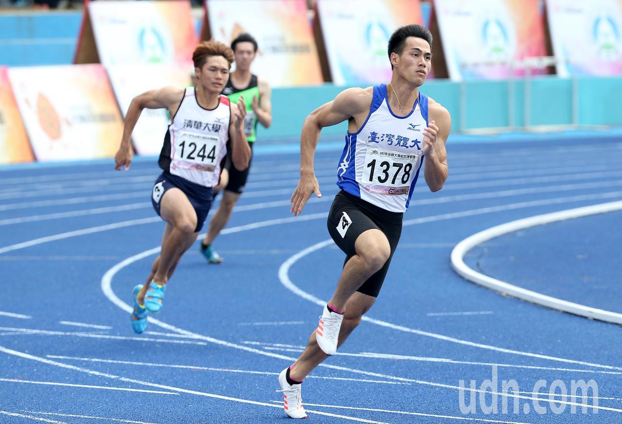 台灣體大楊俊瀚(右)在公開男生組200公尺預賽以20.84秒分組第一成績晉級。記...