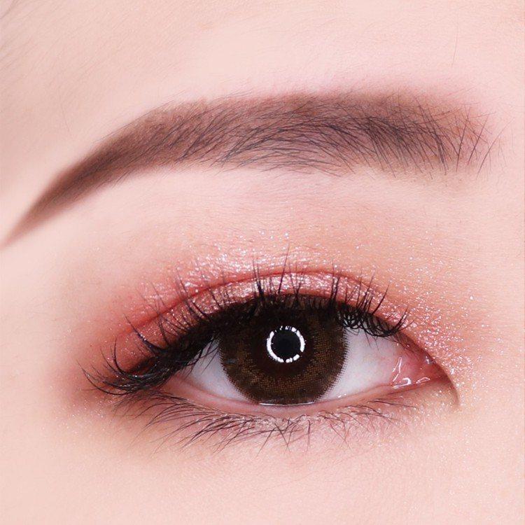 巴黎萊雅眼藝大師2 in 1眼影膠筆可輕鬆完成迷人眼妝。圖/巴黎萊雅提供