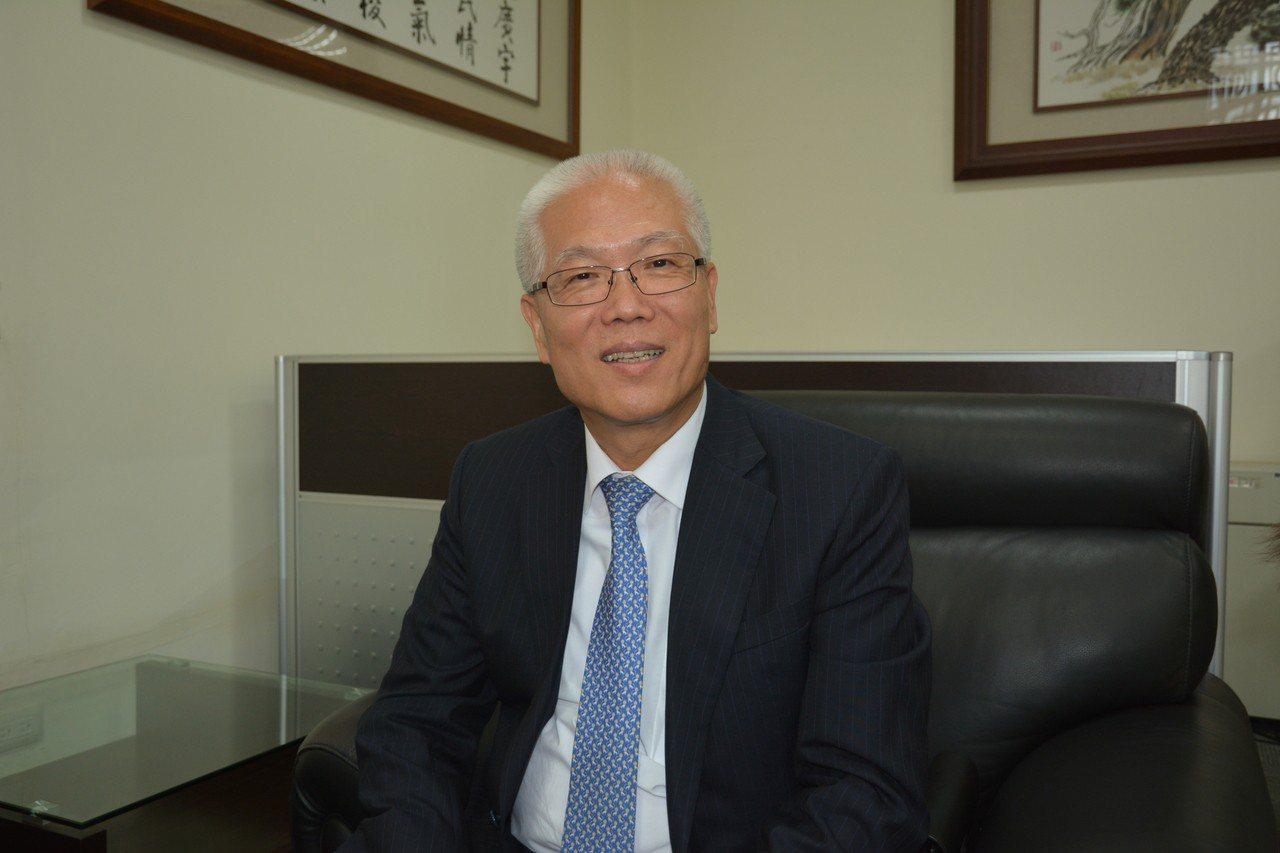 無黨籍的新竹市議長謝文進聲援台大、交大與清大,發聲挺大學自治。記者林家琛/攝影