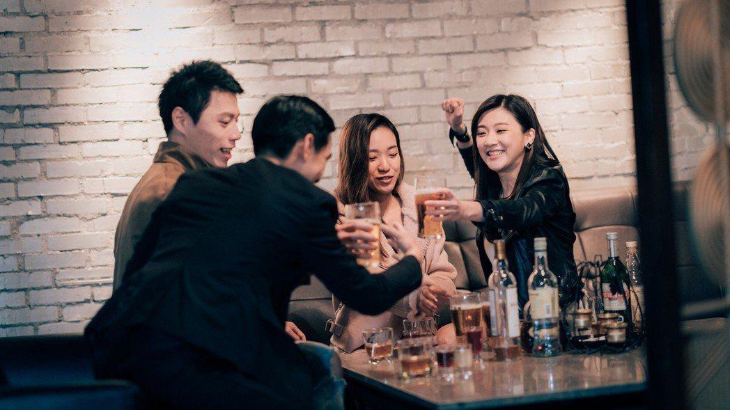 林逸欣(右)客串「1006的房客」,角色個性落差大。圖/歐銻銻娛樂提供