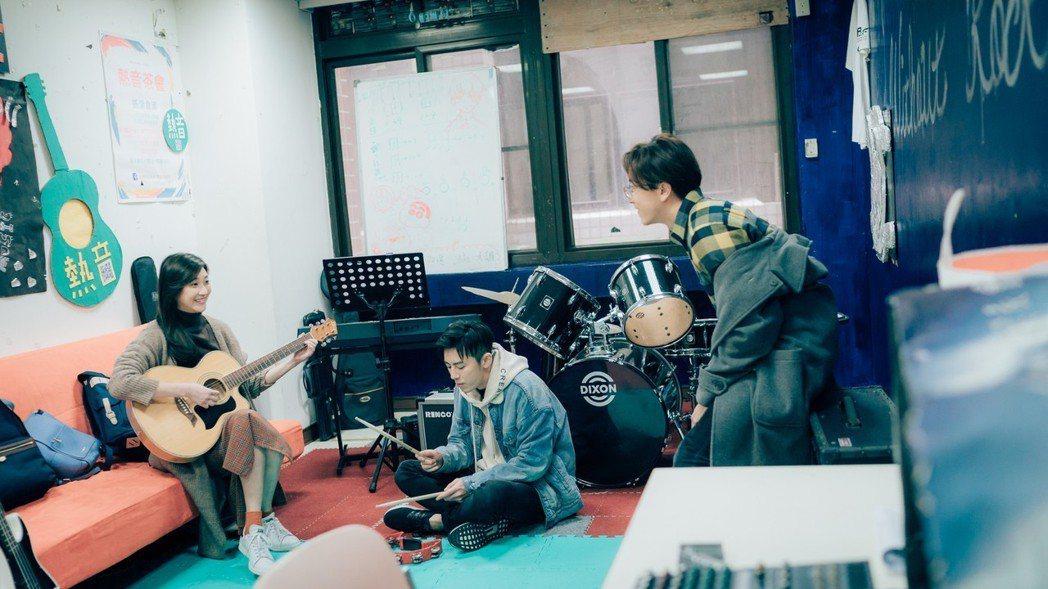 林逸欣(左起)飾演李國毅、謝坤達大學學姊。圖/歐銻銻娛樂提供