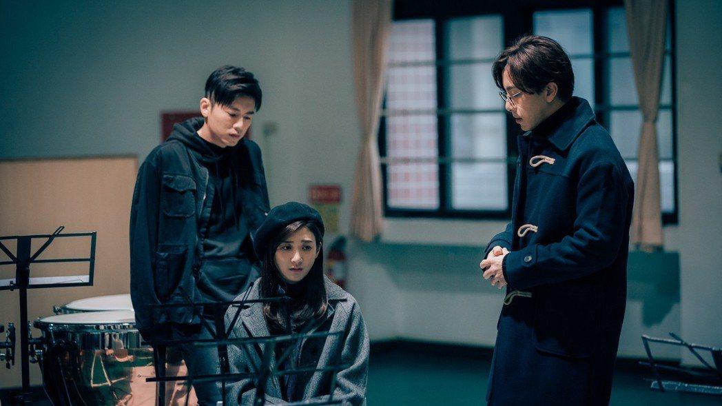 林逸欣(中)與李國毅(左)、謝坤達合作默契佳。圖/歐銻銻娛樂提供