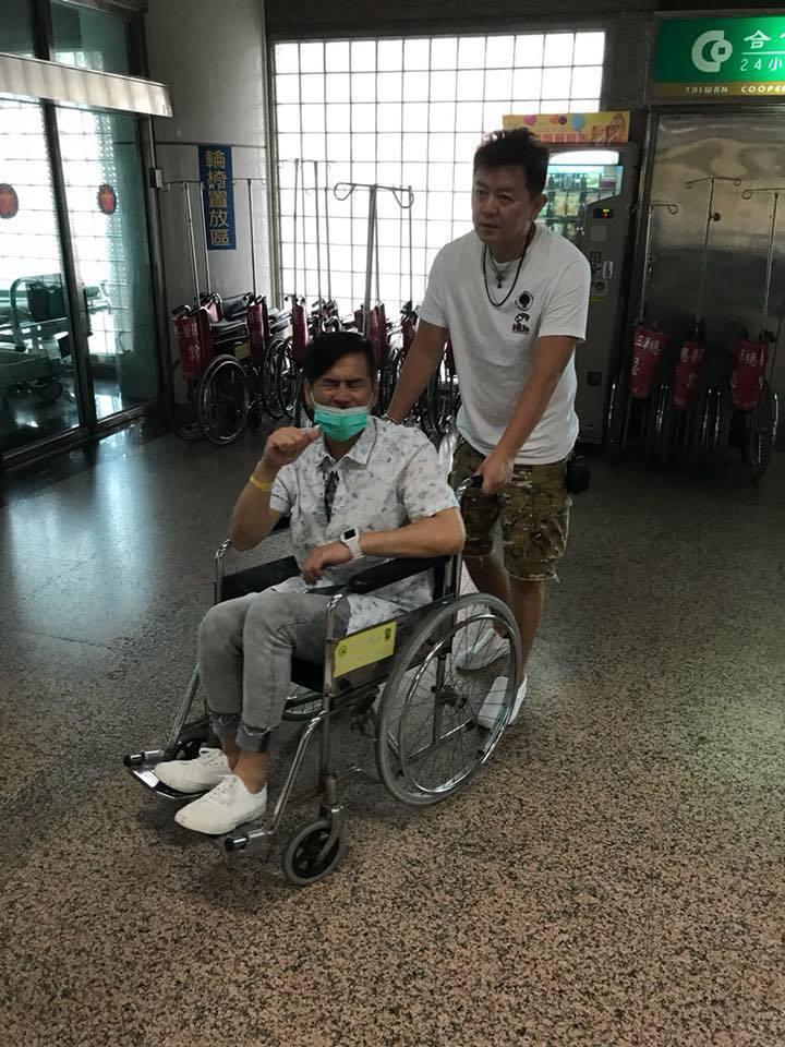 馬國賢(坐輪椅者)早上出車禍,下巴嚴重撕裂傷。圖/摘自庹宗康臉書
