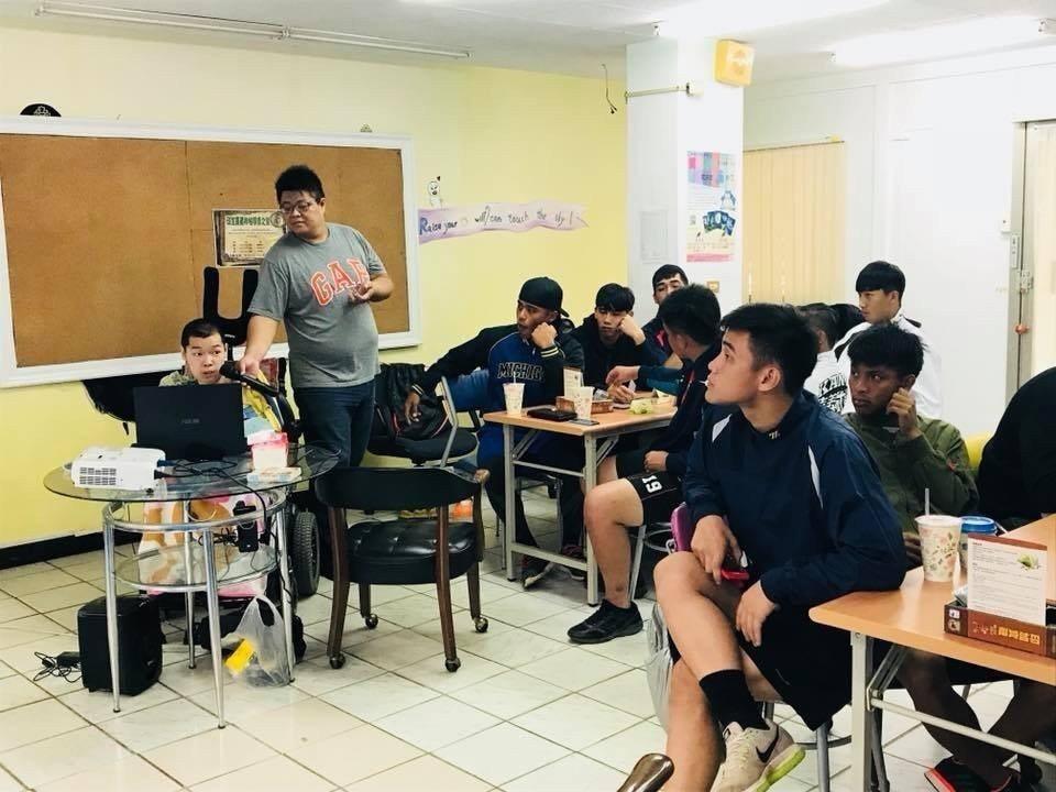 郭乃誌對桌遊有興趣,曾在嘉大主辦桌遊活動,哥哥郭乃維在一旁當助教。圖/郭乃誌提供