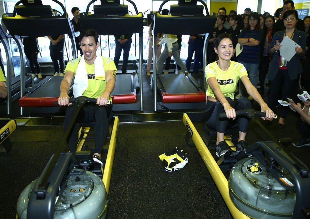 Janet(謝怡芬)(右)與老公George(左)昨天出席新健身品牌發表,一起體...