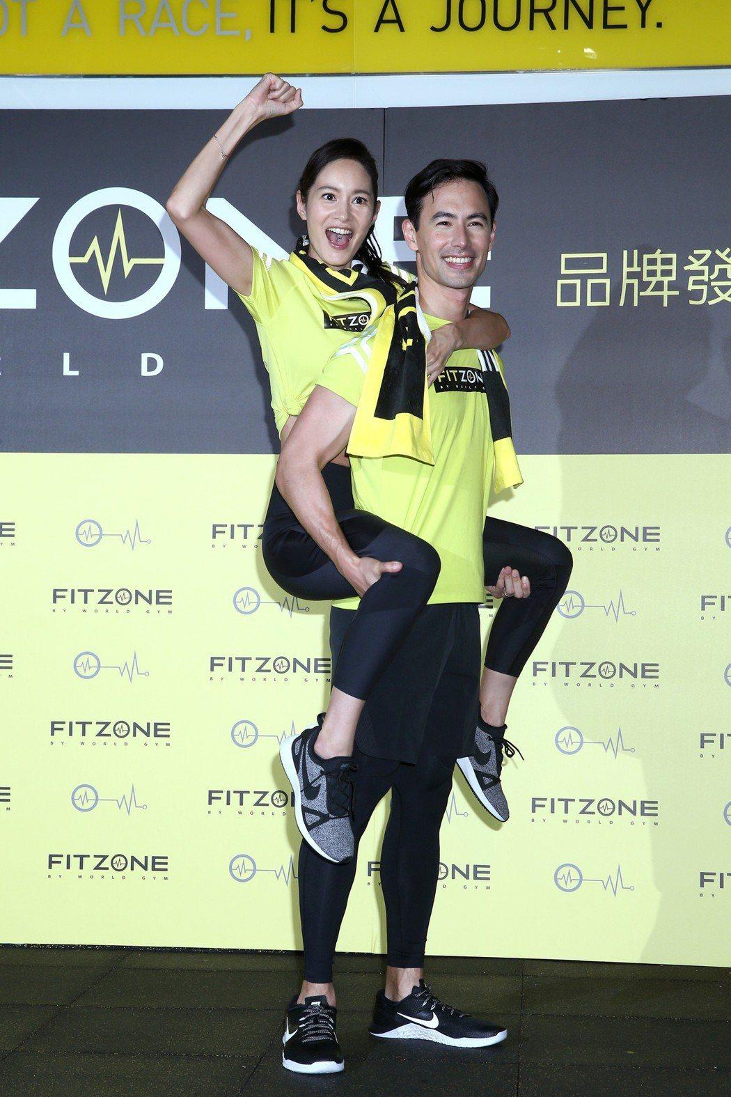Janet(謝怡芬)(左)與老公George(右)昨天出席新健身品牌發表,一起體...