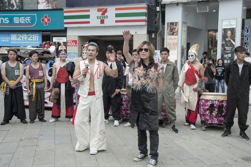 高允漢(左)和吳永吉在西門町舉行快閃活動。圖/經紀人提供