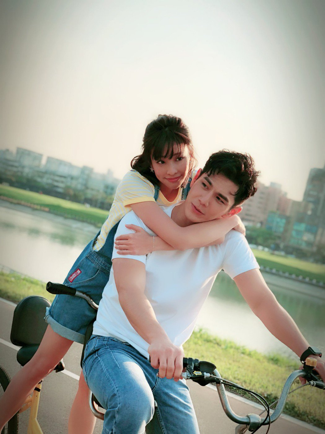 袁詠琳(後)與祖雄在「秘密情人」中有許多親密戲。圖/CHOCO TV提供