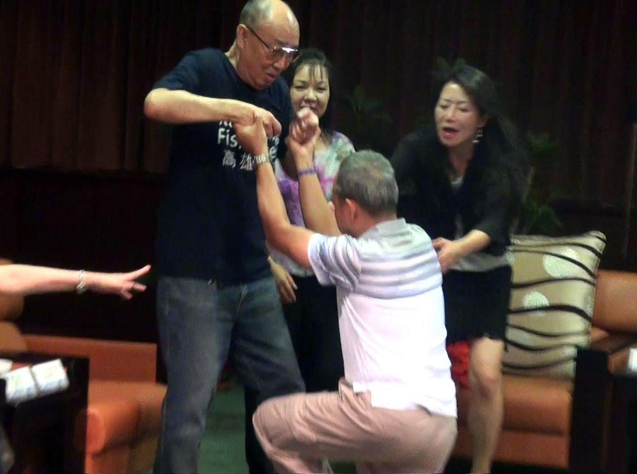 鄧泰阮見到救命恩人黃宗舜(左),激動到下跪謝恩。 記者王昭月/攝影
