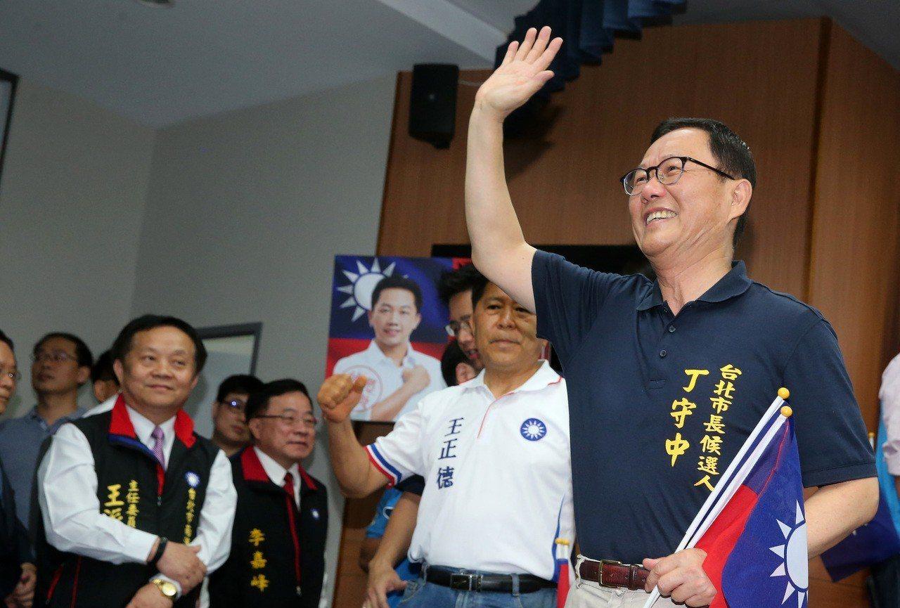 國民黨台北市長候選人初選民調結果上午出爐,結果由前立委丁守中(右)勝出。記者胡經...