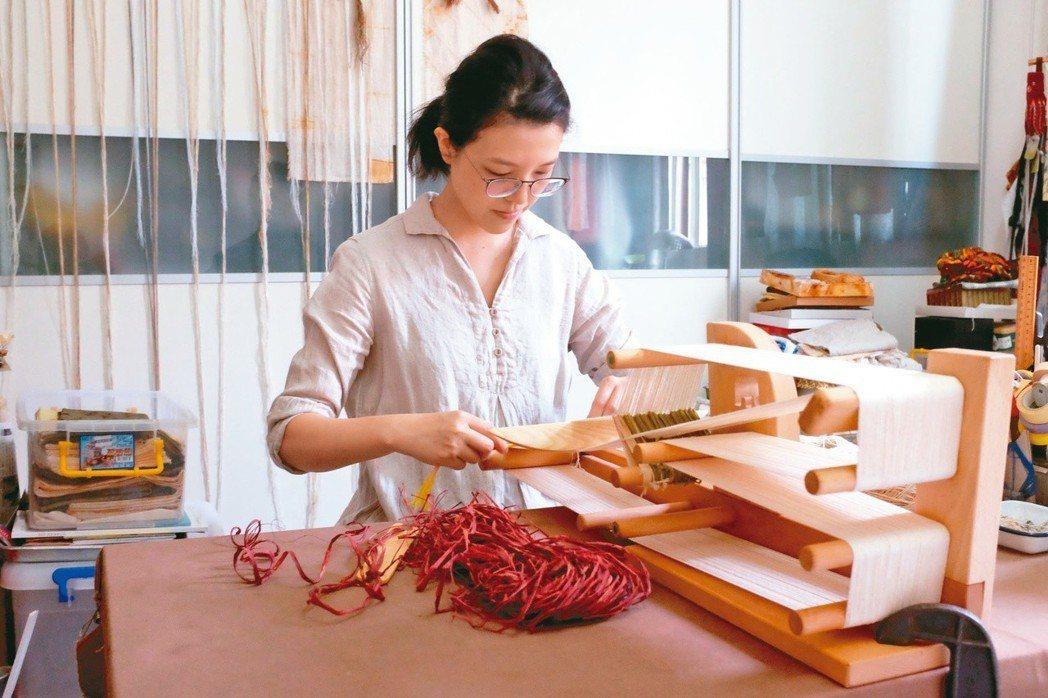 藝術家陳穎亭利用纖維創作,鏽染更是她獨特的創作語彙。圖/陳姵穎攝