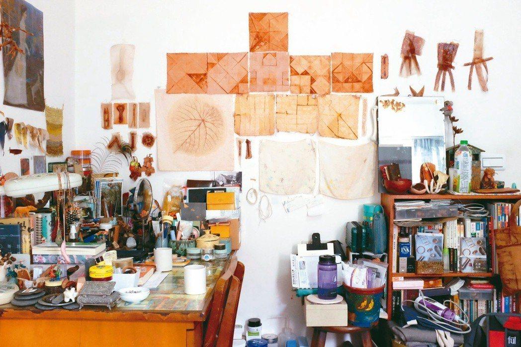 陳穎亭房內的牆上懸掛著各式鐵鏽染作品和奶奶的舊手帕。圖/陳姵穎攝