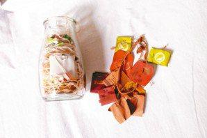 茶包標籤、鈕釦、紙張等,都是陳穎亭喜愛蒐集的物件。圖/陳姵穎攝