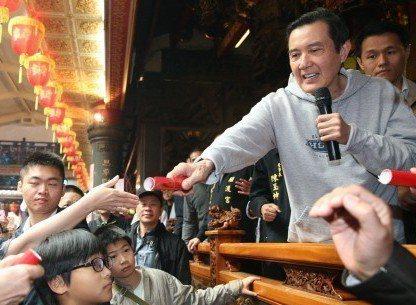 前總統馬英九(右)人氣回溫,這是他在今年春節到關渡宮參拜發紅包的畫面。 圖/聯合...