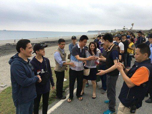 今年春節過後,前總統馬英九(左)3月4日到花蓮2日遊,所到之處都有大批民眾搶著要...