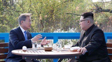 在藍色徒步橋上談了半個多小時,南韓總統文在寅(左)講話時間相對較多,北韓領導人金...
