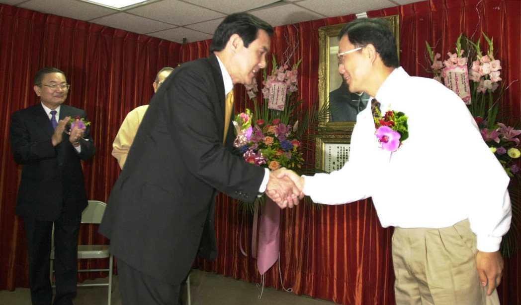 1998年,馬英九決定參選台北市長後,丁守中隨即退選挺馬。圖為2001年國民黨台...