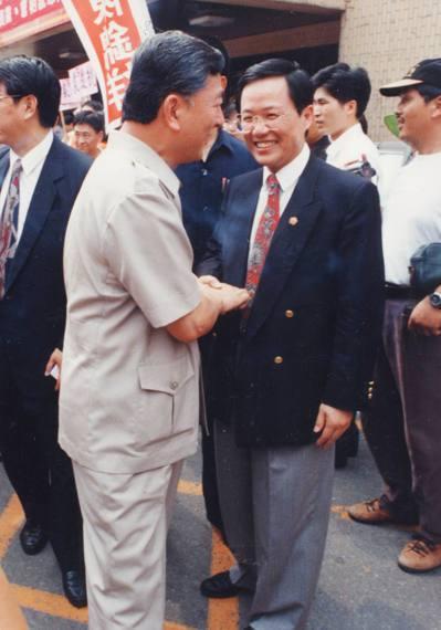 1994年,黃大洲(左)、丁守中(右)兩位台北市長參選人,在國民黨市議員參選同志...