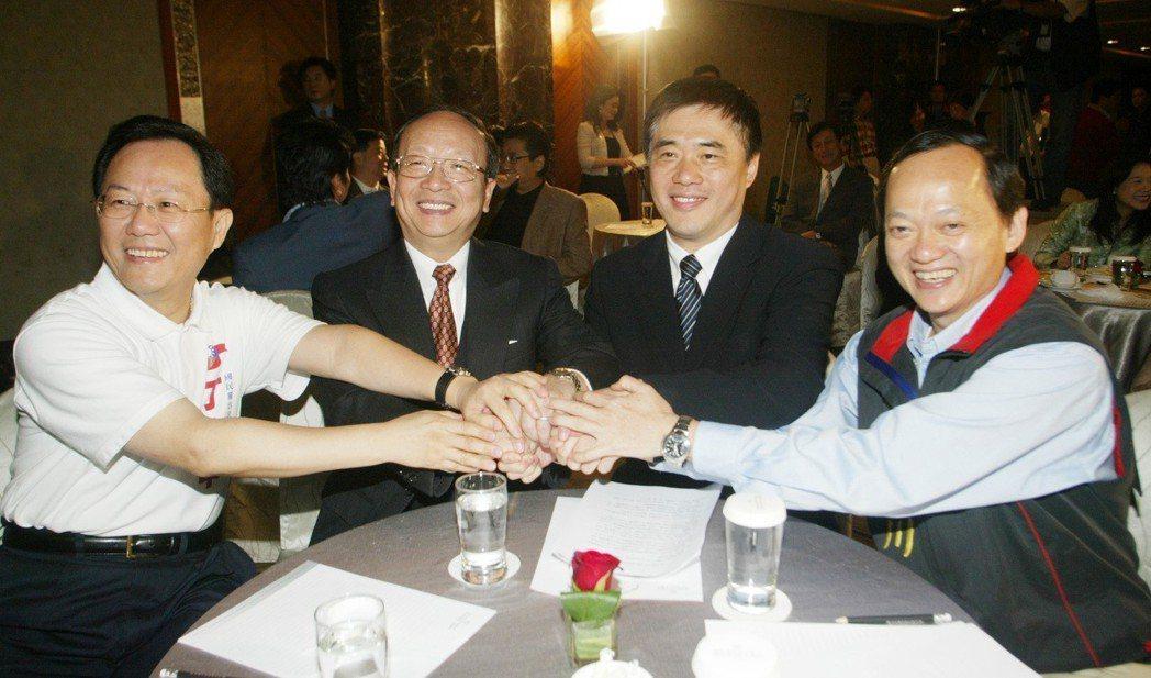 2006年,四位參加國民黨台北市長初選的候選人丁守中﹝左起﹞、蔣孝嚴、郝龍斌、葉...