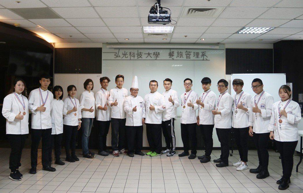 學生參加新加坡FHA廚藝賽奪2金1銀7銅 弘光科大/提供。