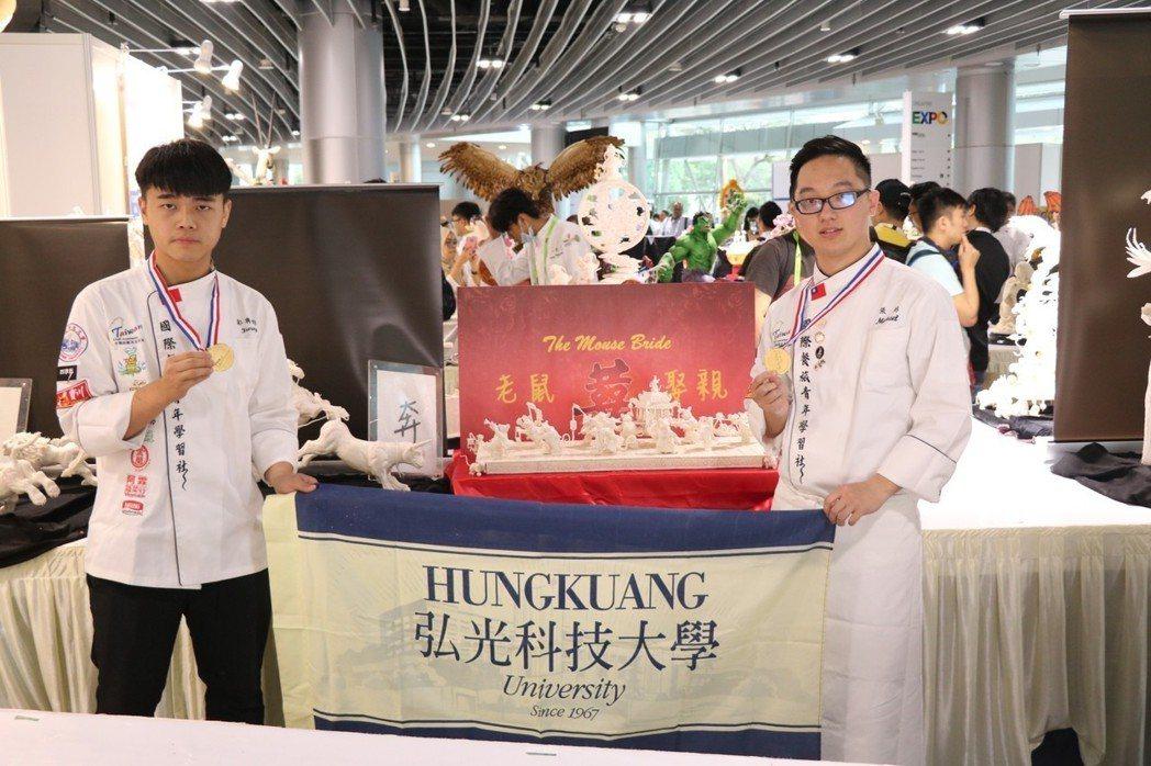 餐旅系學生張弼(右)、郭典昀(左)參加新加坡FHA賽在蔬果雕刻奪金 弘光科大/提...