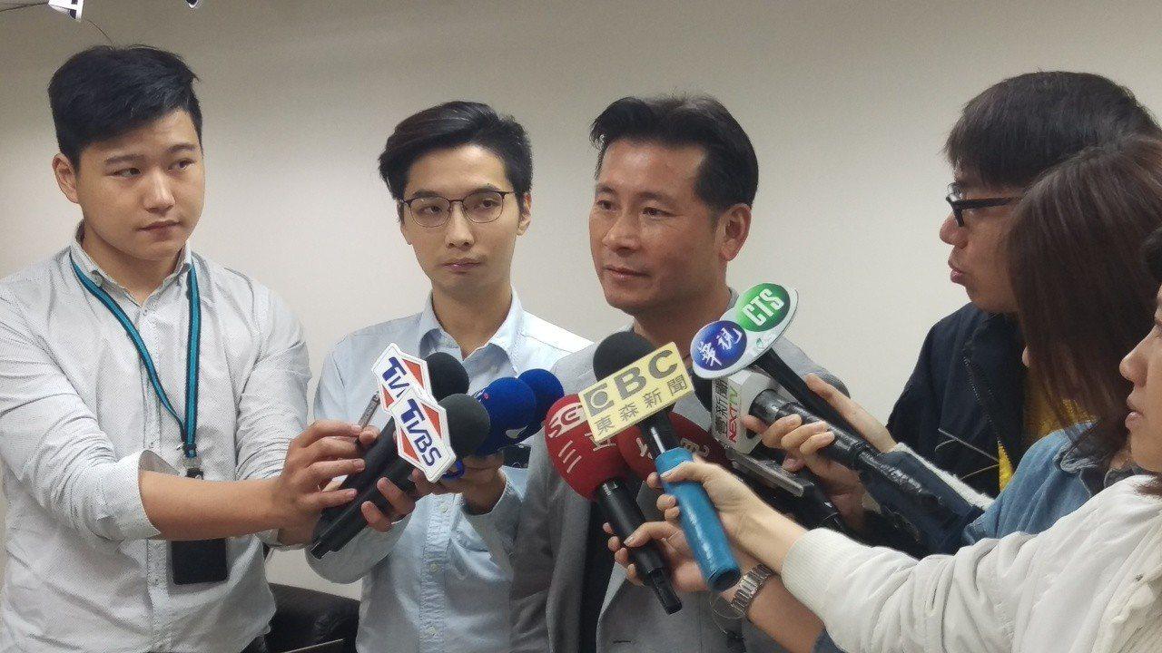台北市議員戴錫欽(中)上節目透露自己的女兒上台大,但若畢業證書上印有吳茂昆的名字...