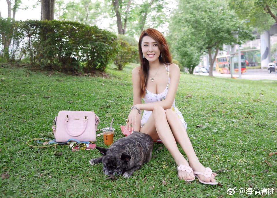 海倫清桃蹲公園喊「熱」,低胸洋裝險走光。 圖/擷自微博。