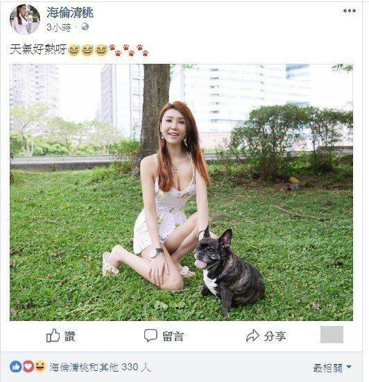 海倫清桃蹲公園喊「熱」,低胸洋裝險走光。 圖/擷自臉書。